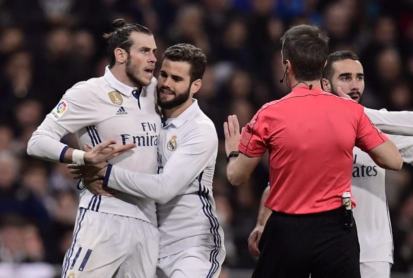 Gareth Bale (pierwszy z lewej) słusznie został usunięty z boiska /AFP