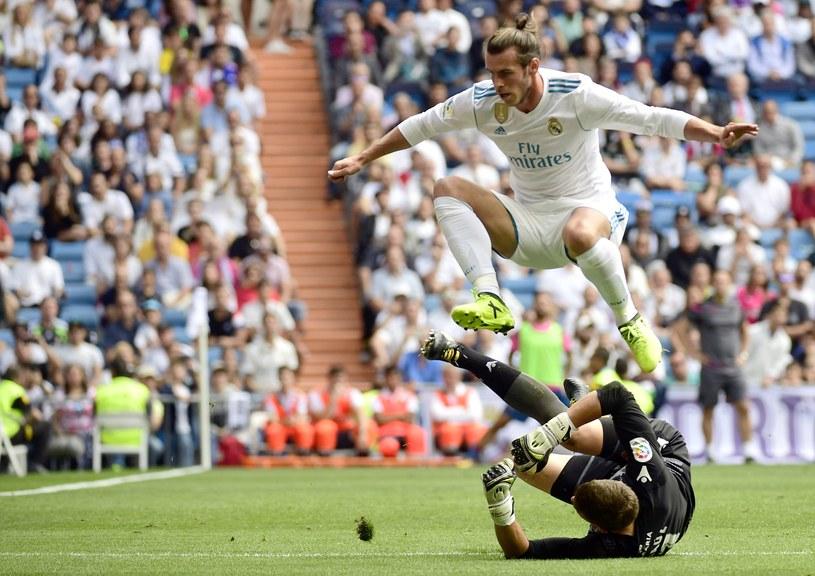 Gareth Bale przeskakuje nad bramkarzem Levante - Raulem Fernandezem. /AFP