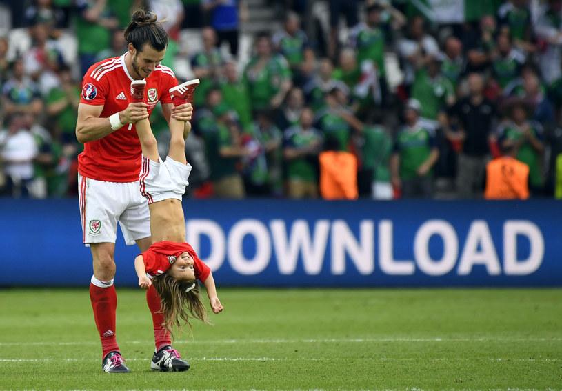 Gareth Bale z córeczką na murawie podczas Euro 2016 /AFP