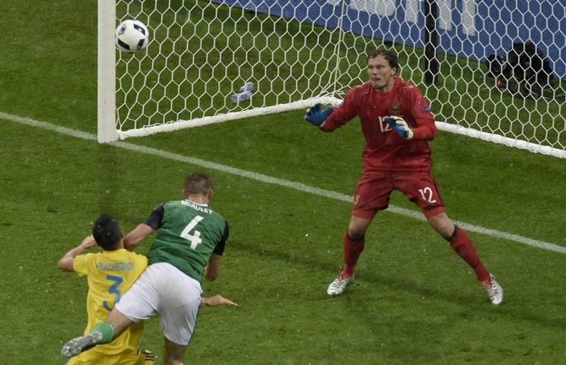 Gareth McAuley strzela gola dla Irlandi Płn. /AFP