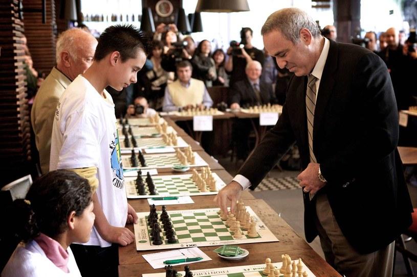Garri Kasparow (z prawej) /AFP