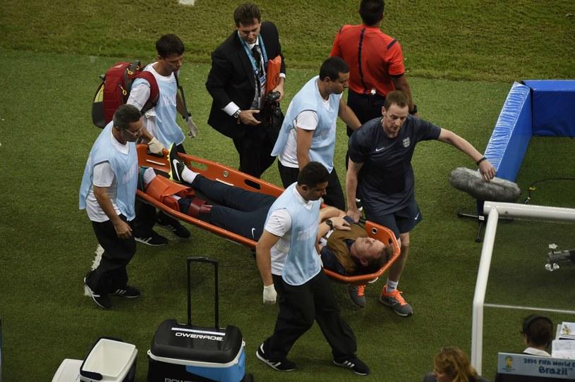 Gary Lewin opuszcza okolice boiska na noszach /AFP