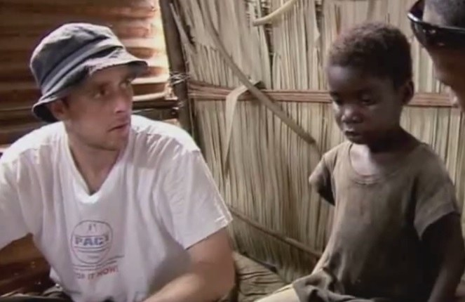Gary w 2009 roku w Nigerii rozmawiał z dziewczynką, która została wyrzucona z domu, bo jej rodzina wierzyła, że jest czarownicą. /