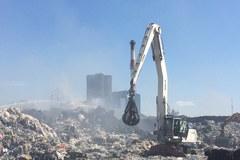 Gaszenie pożaru składowiska odpadów w Zgierzu