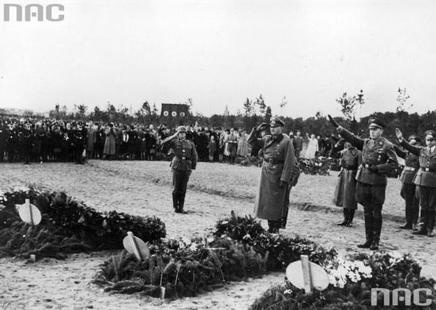 Gauleiter Albert Forster (z ręką na pasie) tuż po złożeniu kwiatów na grobach zabitych volksdeutschów wraz z grupą oficerów /Z archiwum Narodowego Archiwum Cyfrowego