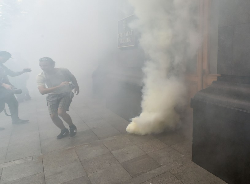 Gaz łzawiący jest powszechnie używany na Ukrainie, Rosja twierdzi, że użyto tam także broni chemicznej /AFP