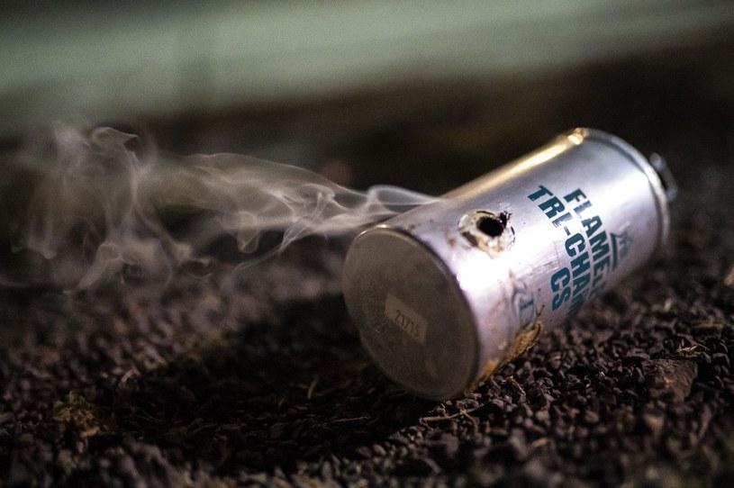 Gaz łzawiący jest używany do kontroli tłumów - naukowcy twierdzą, że nie należy z niego korzystać w trakcie pandemii /AFP