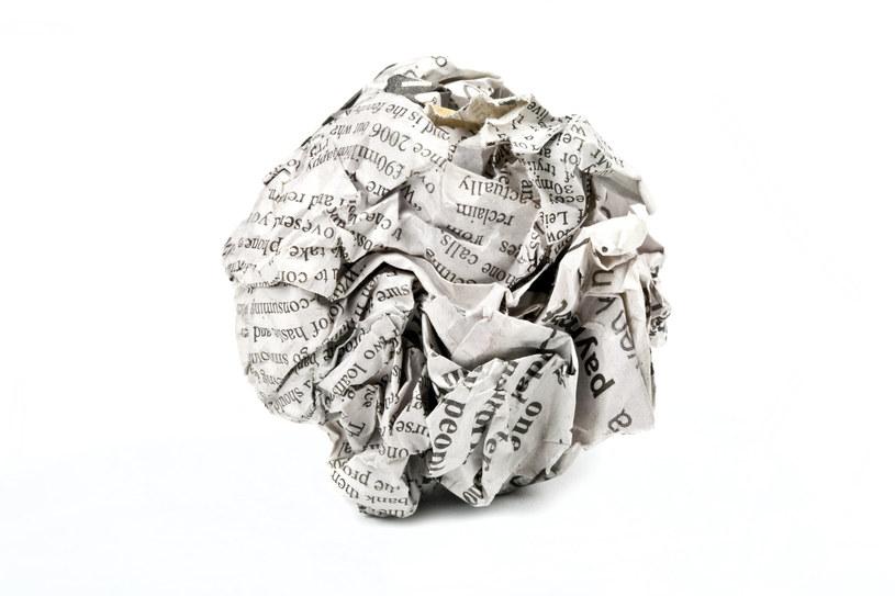 Gazeta codzienna pomoże wyczyścić przypalone żelazko /123RF/PICSEL