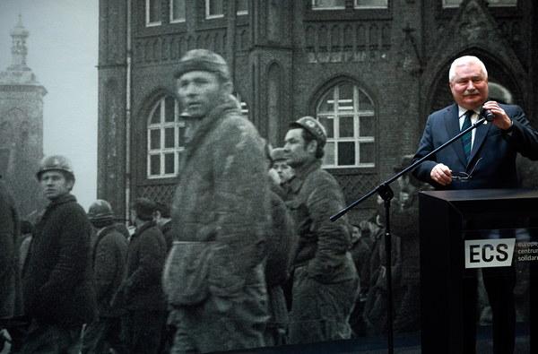 """Były prezydent RP, legendarny przywódca Solidarności Lech Wałęsa przemawia podczas uroczystości """"Epitafium pamięci ofiar Grudnia '70"""""""