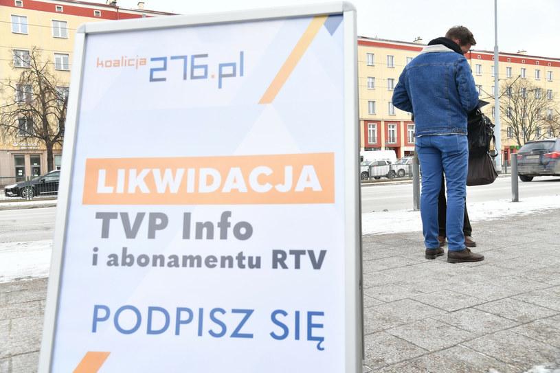 Gdańsk, inauguracja zbierania podpisów pod obywatelskim projektem ustawy likwidującej TVP Info /Wojciech Strozyk/ /Reporter