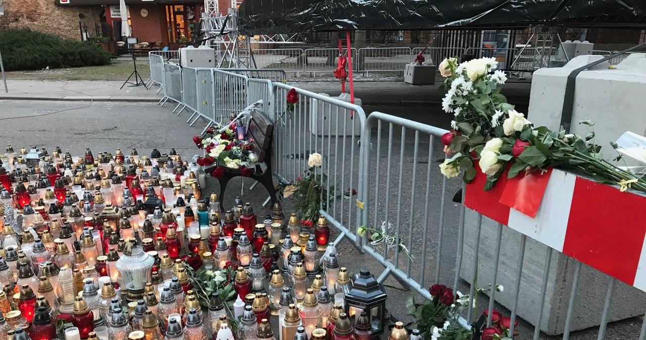 Gdańsk pamięta o Pawle Adamowiczu. Znicze na Targu Węglowym