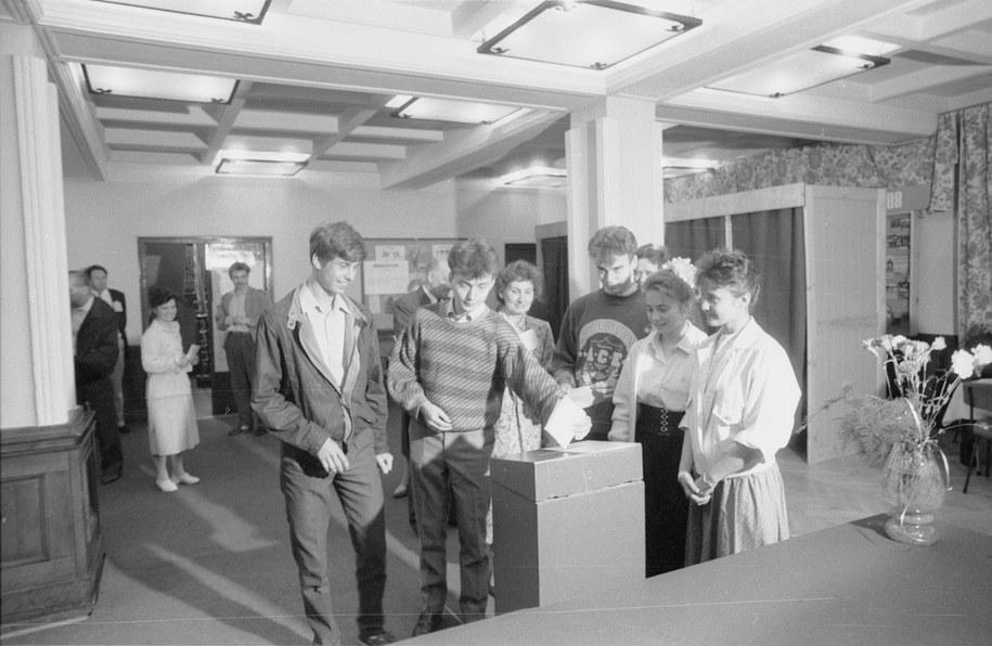 Gdańskie pięcioraczki, które kilka dni wcześniej ukończyły 18 lat, głosują w lokalu Obwodowej Komisji Wyborczej nr 78. /Janusz Uklejewski /PAP