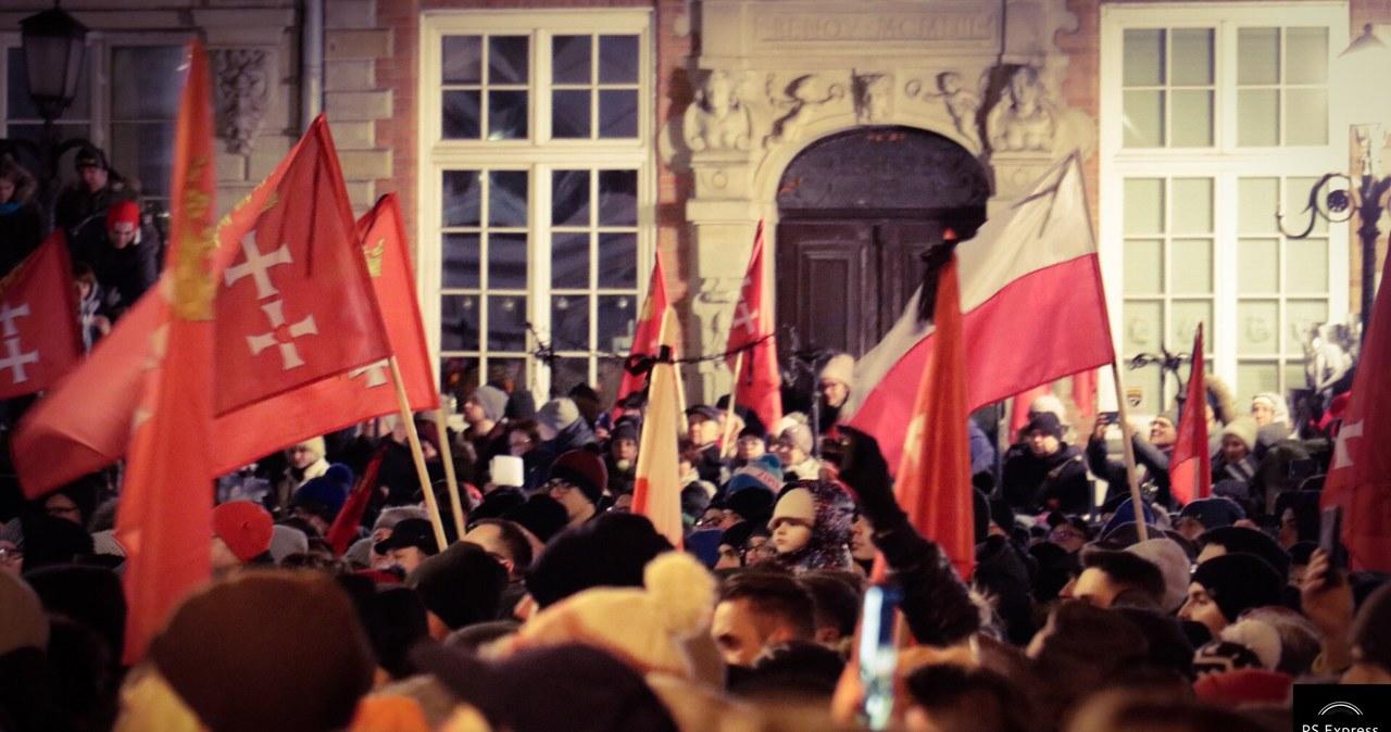 Gdańszczanie zebrali się na Długim Targu, by oddać hołd Pawłowi Adamowiczowi