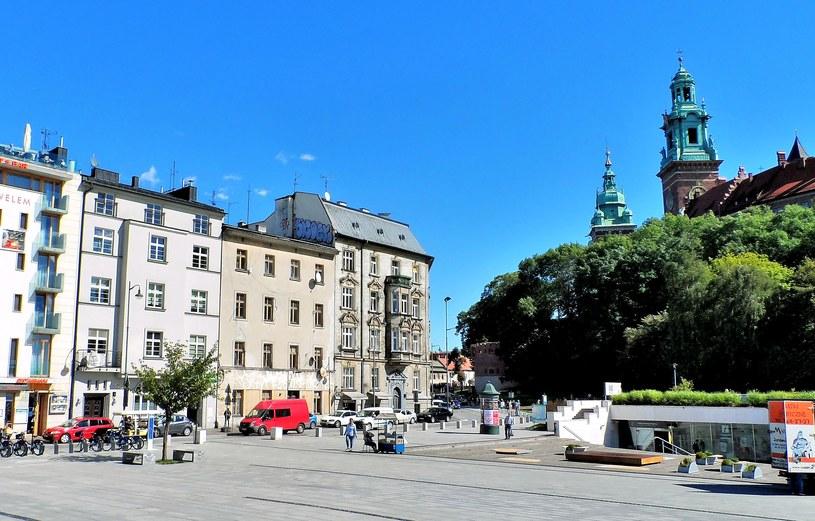 """Gdy 11 lipca 1944 roku krótko przed godziną 9:20 mercedes Koppego minął ulicę Straszewskiego i wjechał w ulicę Powiśle (na zdjęciu jej początkowy odcinek), łączniczka """"Kama"""" (Maria Chojecka) była pewna, że kat Generalnego Gubernatorstwa jedzie wprost w """"objęcia"""" zamachowców"""