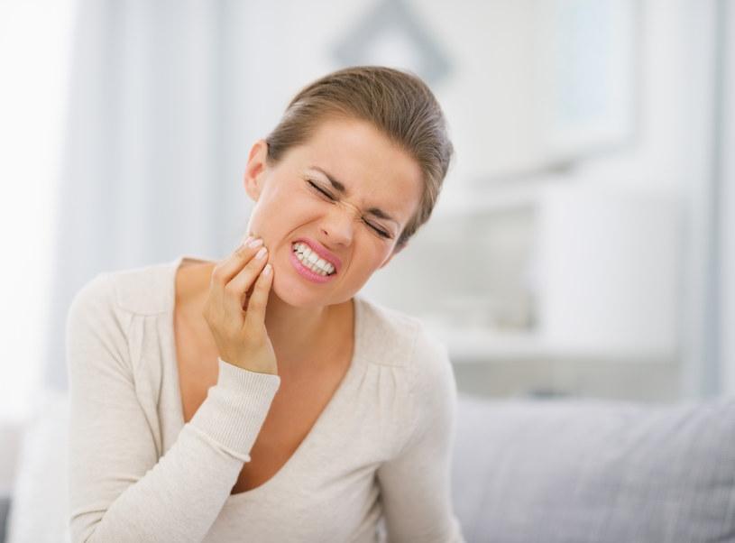 Gdy boli ząb, pożuj przez chwilę dwa lub trzy goździki, zawierają znieczulający eugenol /123RF/PICSEL