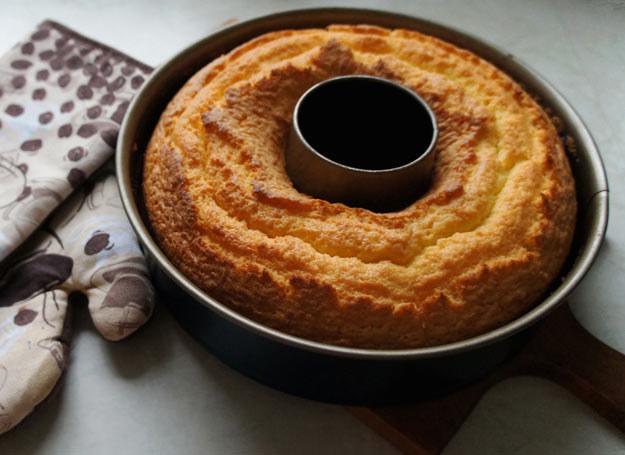 Gdy ciasto się upiecze, polej je lukrem /Picsel /123RF/PICSEL