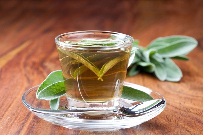 Gdy dokucza ci kaszel sięgnij po leczniczą herbatkę z szałwii /123RF/PICSEL