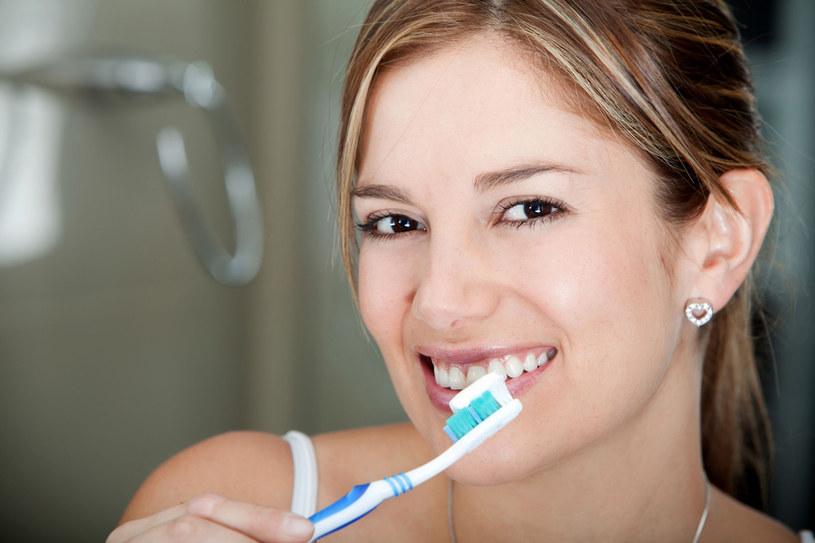 Gdy dziąsła bolą i krwawią, to dla uniknięcia objawów szczotkujemy zęby krócej i mniej dokładnie. Błąd! /  - /123RF/PICSEL