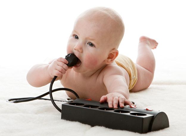 Gdy dziecko się zaczyna się przemieszczać, zabezpiecz mieszkanie /123RF/PICSEL