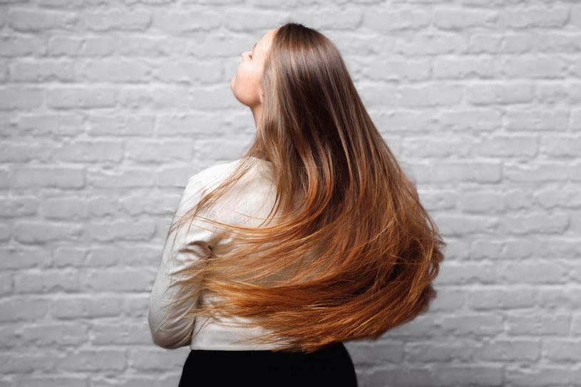 Gdy jesteś zwolenniczką wygładzania włosów prostownicą, pamiętaj, by użyć jej na suche pasma i po naniesieniu na nie preparatu termoochronnego /123RF/PICSEL