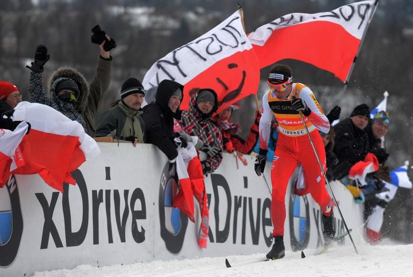Gdy Justyna Kowalczyk biegnie, na trasach robi się biało-czerwono. /AFP