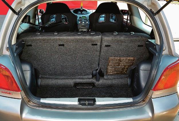 Gdy kanapa jest całkiem z tyłu, pojemność bagażnika wynosi 205 l. Ale po przesunięciu jej do przodu uzyskuje się dodatkowe 100 l – to już niezły wynik. /Motor
