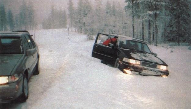Gdy kierowca za bardzo się spieszy lub przecenia swoje umiejętności, nie pomoże żadne ze znanych rozwiązań technicznych. Wypadnięcia z trasy podczas jazd w Arctic Test Driving Centre są czymś zupełnie oczywistym i na szczęście kończą się miękkim lądowaniem. /Motor