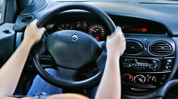 Gdy kierownica wykonuje znaczne ruchy podczas hamowania to znak, że skrzywieniu uległy tarcze lub piasty. /Motor