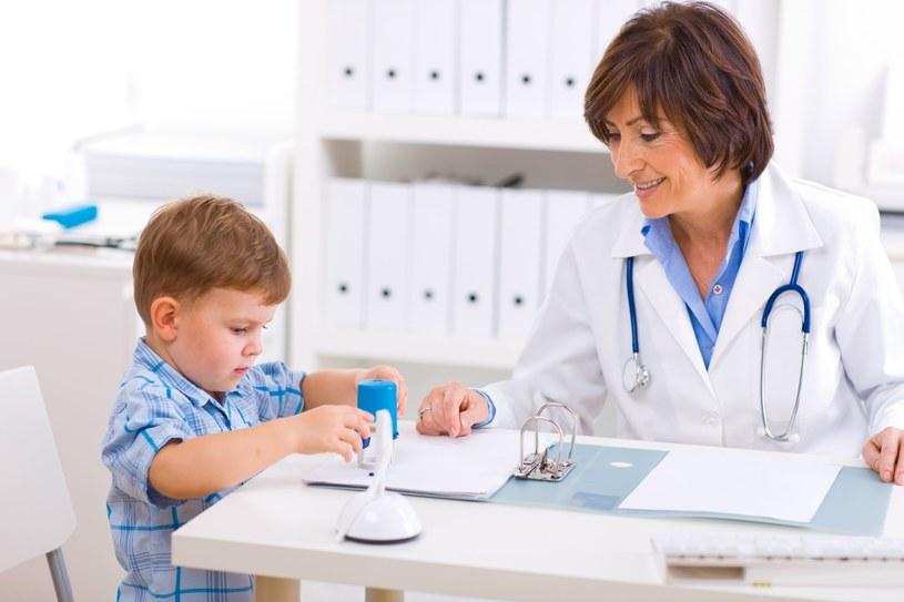 Gdy maluch ma 6 lat - oprócz tradycyjnych badań jak mierzenie, ważenie czy sprawdzenie wzroku, pediatra oceni rozwój intelektualny dziecka /123RF/PICSEL