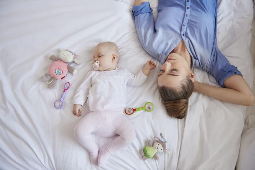 Gdy maluszka nie męczą przykre objawy (jak zaczerwienie, krostki, swędzenie, czy obrzęki – spowodowane kontaktem z alergenem), lepiej i dłużej śpi, jest radosny i zadowolony /123RF/PICSEL