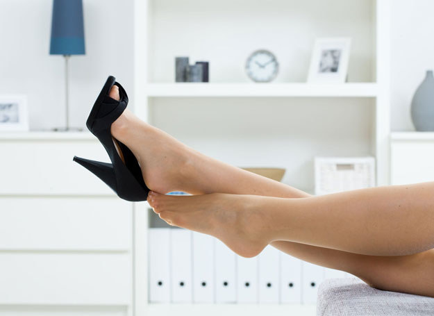 Gdy masz bardzo zmęczone nogi, zrelaksuje je na pewno letnia kąpiel /123RF/PICSEL