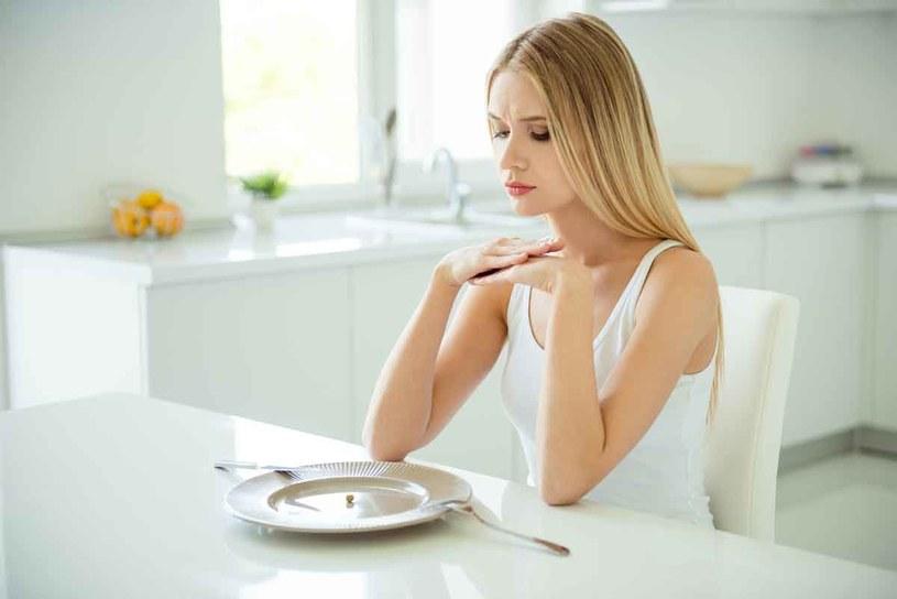 Gdy na co dzień dbamy owłaściwy dobór produktów, to raz na jakiś czas możemy bez przeszkód zjeść nawet tłustego hamburgera ze smażoną cebulą i frytkami /123RF/PICSEL