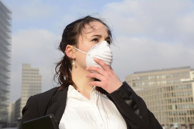 Gdy na dworze oddychamy smogiem, to zaraz po powrocie do domu wypijajmy szklankę wody lub herbaty czy soku /123RF/PICSEL