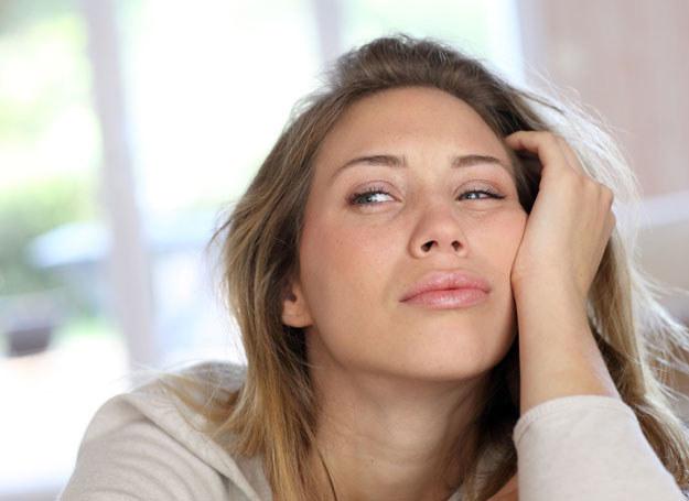 Gdy oczy chwilowo wyglądają na zmęczone, zastosuj trik z rozświetlaniem /123RF/PICSEL