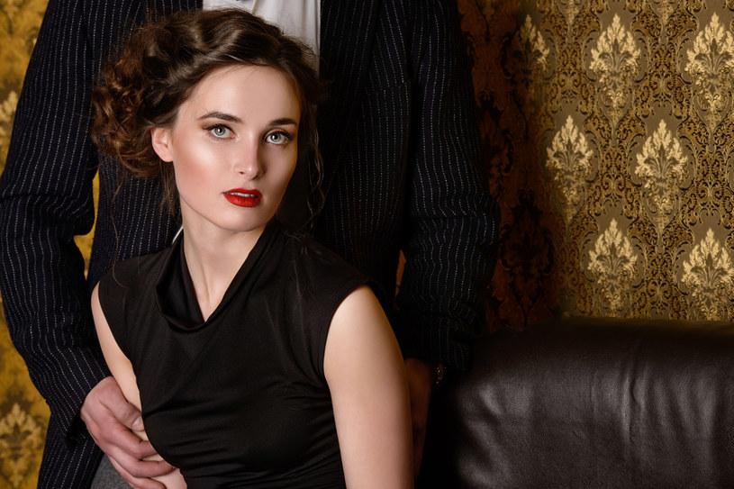 Gdy ona marzy o luksusie, on skrupulatnie wycina kupony rabatowe /123RF/PICSEL