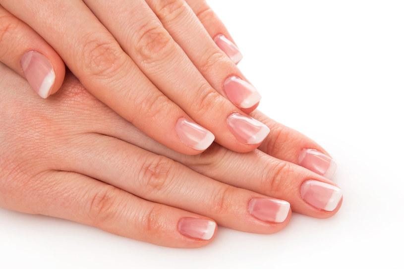 Gdy paznokcie łamią się, to znak, że brakuje Ci wit. A oraz z grupy B. /123/RF PICSEL