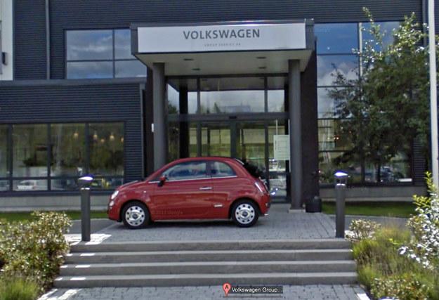 Gdy po ulicach  zaczęły krążyć pojazdy Google, fotografując okolicę dla potrzeb Street View, przed wejściem do miejscowego przedstawicielstwa Volkswagena pojawił się... czerwony fiat 500 /