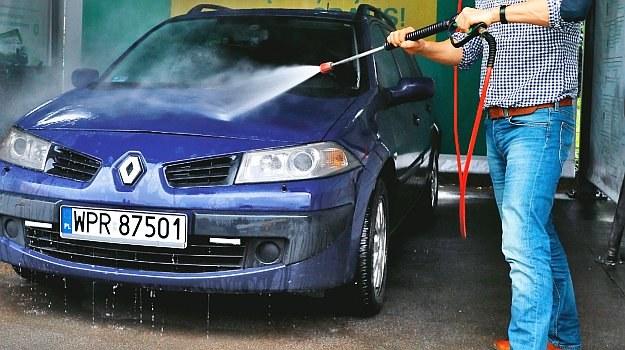 Gdy podczas mycia auta dysza lancy jest utrzymywana zbyt blisko nadwozia, może spowodować kosztowne uszkodzenia. Bezpieczna odległość to 30-40 cm. /Motor