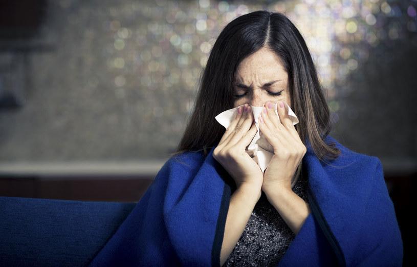 Gdy przy kaszlu mokrym w odksztuszanej wydzielinie pojawi się krew, jak najszybciej idź do lekarza. Może to sygnalizować silny stan zapalny układu oddechowego, a nawet groźniejszych chorób /123RF/PICSEL