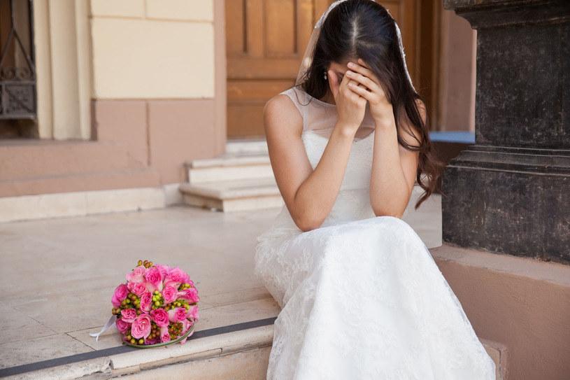 Gdy przyszła  panna młoda dowiedziała się o tym, że jeden z gości pojawi się na jej ślubie w ortezie ortopedycznej, była  oburzona /123RF/PICSEL