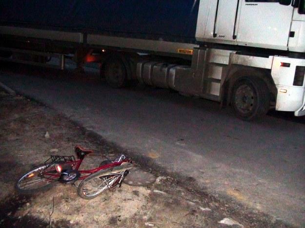 Gdy rower nie jest prawidłowo oświetlony, łatwo o tragedię na drodze /Jakub Orzechowski  /Agencja SE/East News