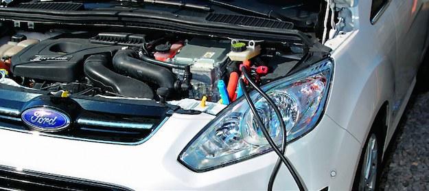 """Gdy rozładuje się akumulator rozruchowy' auto hybrydowe można uruchomić """"z kabli"""" jak normalny samochód spalinowy. /Motor"""