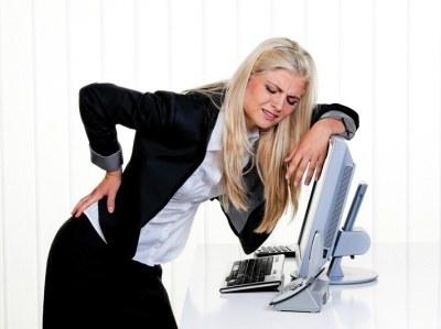 Gdy staw boli bez wyraźnej przyczyny, sztywnieje i puchnie, musisz koniecznie zgłosić się do lekarza  /© Panthermedia