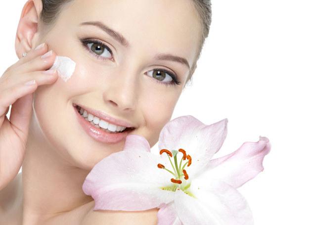 Gdy temperatura gwałtownie spada, skóra produkuje mniej substancji natłuszczających /123RF/PICSEL