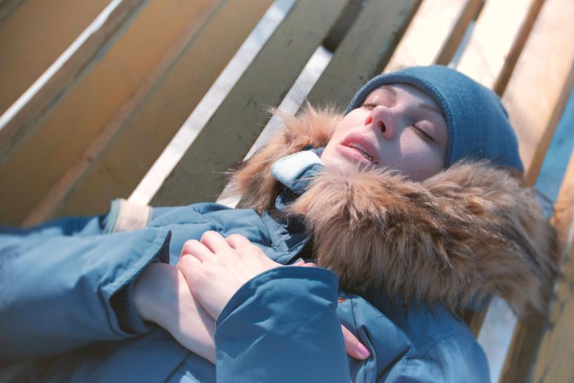 Gdy temperatura za oknem spada, rośnie ryzyko zawału /123RF/PICSEL