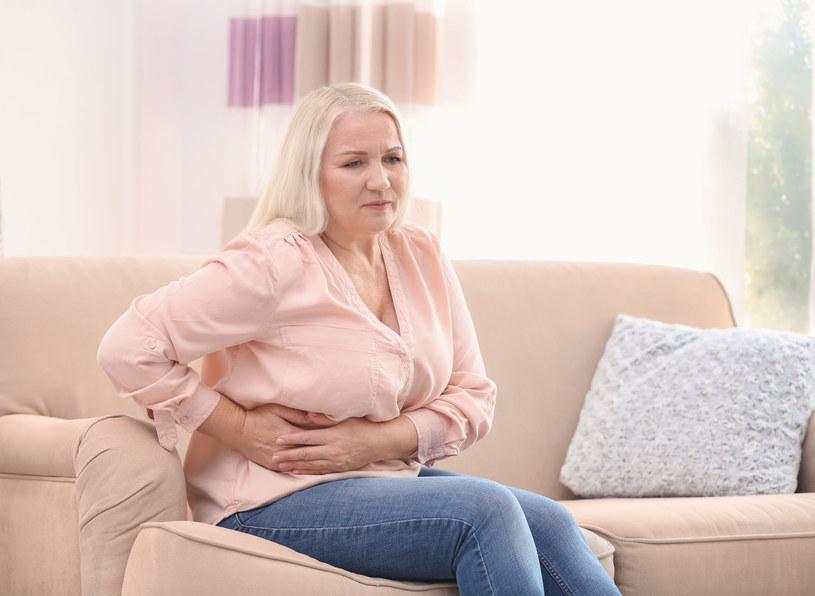Gdy tłuszcz powiększy wątrobę, wywołuje to uczucie pełności po prawej stronie w górze brzucha /123RF/PICSEL