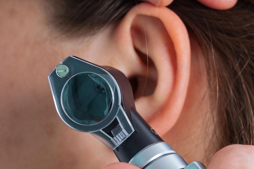 Gdy ucho piecze, a ból nasila się przy każdym ruchu głową (cierpisz nawet podczas muśnięcia małżowiny), prawdopodobnie doszło do zapalenia ucha zewnętrznego /123RF/PICSEL