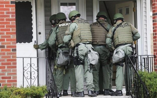 Gdy uzbrojeniu panowie w mundurach zapukają do twoich drzwi... to wiedz, że rywal nie potrafi przegrywać /AFP