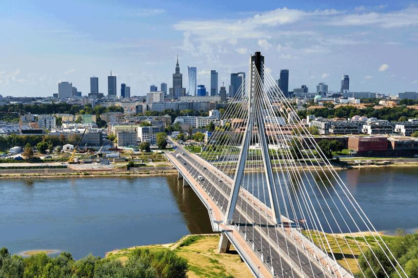 Gdy w ciągu dnia  centrum Warszawy zdrapaczami chmur żyje w pośpiechu i zgiełku, tu, na bulwarach, można odpocząć nad wolno  i majestatycznie  płynącą Wisłą /123RF/PICSEL