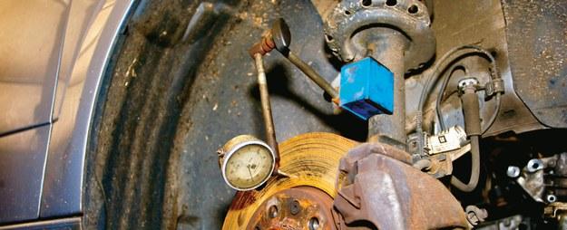 Gdy wibracje pojawiają się jedynie w trakcie hamowania, należy sprawdzić bicie tarcz. /Motor
